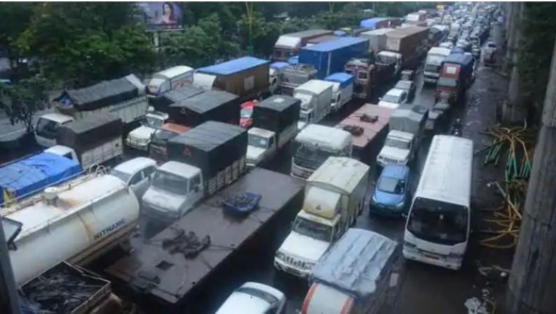 तेल टैंकर दुर्घटना के बाद मुंबई-अहमदाबाद राजमार्ग को जोड़ने वाली सड़क जाम हुआ ट्रैफिक